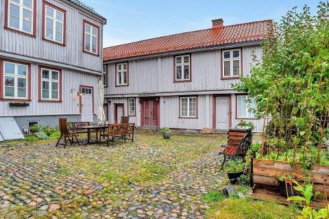 HISTORISK: Bangegården ble oppført i 1790 og fredet i 1923. På 70-tallet eksproprierte imidlertid Drammen kommune bygget. Planen var å bygge motorveibru tvers gjennom gården. Slik ble det altså ikke.