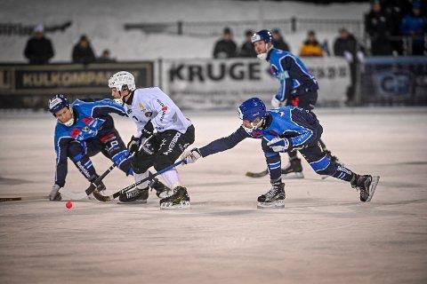 MOT STABÆK: Eirik Bø Johnsen (i midten) og Solberg møter Stabæk i superfinale onsdag. Her fra NM-finalen på Marienlyst sist sesong.