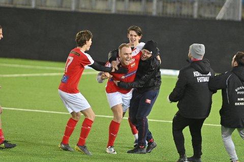 Fredrik Løwe jubler for seiersmålet på overtid.