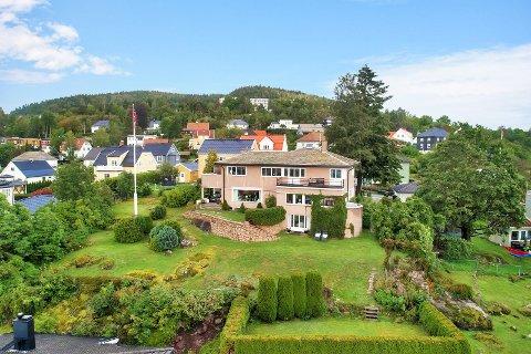 ARKITEKTTEGNET: Villa Danielsen er tegnet av arkitekt Bjarne Thinn Syvertsen (1895-1962). Nå er den til salg.