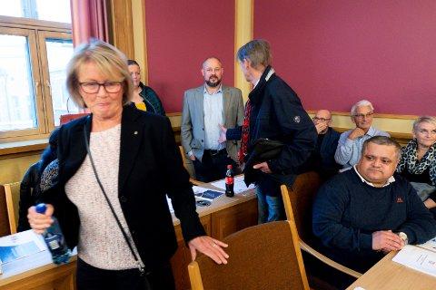 Både Randi Eng (t.v.) og Harald Wessel-Berg (med ryggen til) forsøkte å ta sin tidligere partikollega Anders Lunde i hånden, men ble møtt med en kald skulder.