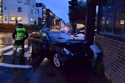 Den ene av de to bilene krasjet inn i en husvegg.