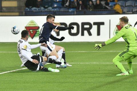 HOLDT HANSEN VARM.  Kristoffer Tokstad var god mot Rosenborg, men Andre Hansen (t.h.) i Rosenborg var en av sitt lags beste på Marienlyst.