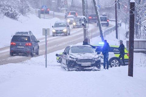VENTER NYTT KAOS: Snøen skapte utfordringer for flere bilister mandag morgen. Tirsdag kan kjøreforholdene bli minst like ille.