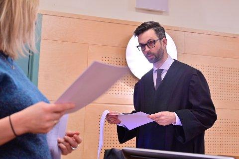 Dyrlegen forsvares av advokat Ulrik Sverdrup-Thygeson.  Dyrlegen erkjenner skyld for fire tilfeller av forsikringsbedrageri, men nekter for alt annet i tiltalen.