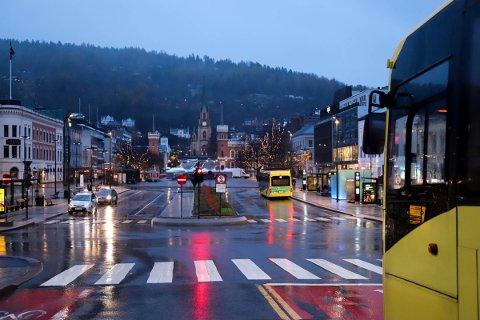 Natt til lørdag aksjonerte taxiene på Bragernes torg ved å nekte å kjøre kunder. Nå reagerer fylkeskommunen.