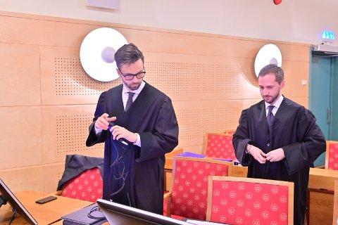 - Dette er bortimot en full renvaskelse, sier dyrlegens forsvarer, advokat Ulrik Sverdrup-Thygeson. Til høyre medforsvarer Paul Joakim Sandøy.