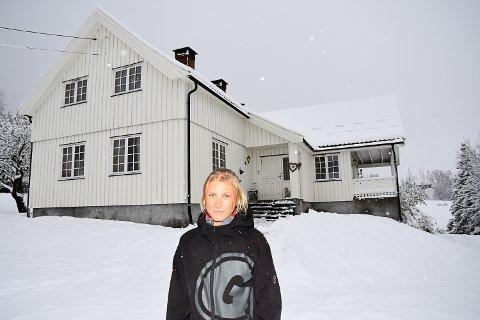 TAKKNEMLIG: Sharon Cecilie Larsen er glad det ikke befant seg noen inne i huset da det begynte å brenne.