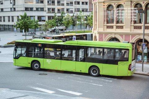 Brakar åpner dørene foran i bussene mandag 20. juli.