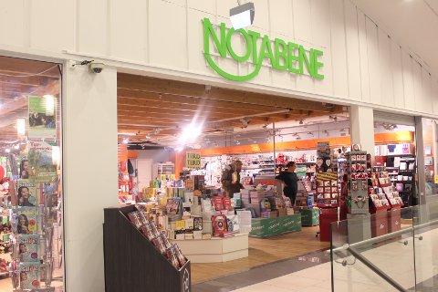 UVISS FRAMTID: Butikksjef ved Notabene på Konnerud Nærsenter vet ikke hva framtida vil bringe. Forhåpentligvis kjøper noen opp kjeden.