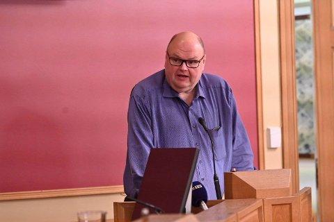 Tor Tveter (H) fortalte fra talerstolen at hans russiske kone ikke forstår nynorsk. - Brev på nynorsk kunne like gjerne vært skrevet på spansk, sa Tveter.