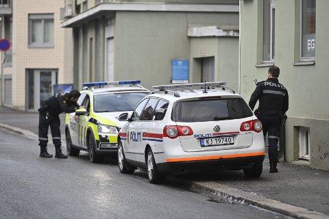 Politiet bevæpnet seg til et oppdrag tirsdag formiddag.