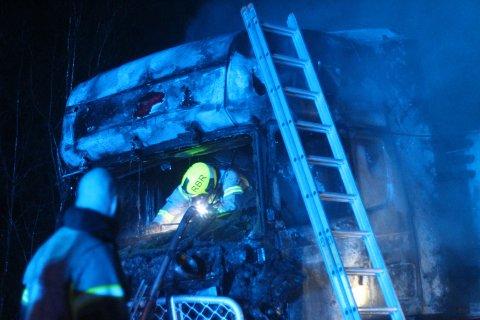 Brannvesenet jobber med lastebilen etter brannen.