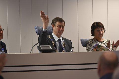 FØLSOM AVSKJED: Ordfører Bengt Inge Bye (Ap) tok til tårene da han snakket til salen under onsdagens kommunestyremøte i Nedre Eiker.