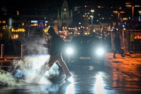 VANSKELIG: Høstmørke, våt asfalt og reflekser gjør det vanskelig å se fotgjengere når du får en bil i mot. Bedre blir det ikke av at fotgjengeren ikke bruker refleks.