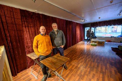 ÅPNER: Her, som det tidligere var blomsterbutikk, vil Jon Mihle (t.v.) og Gunnar Grinaker åpne en ny luke hver dag i desember.