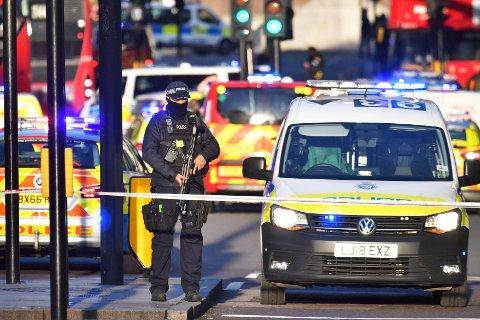 Væpnet politi ved London Bridge.