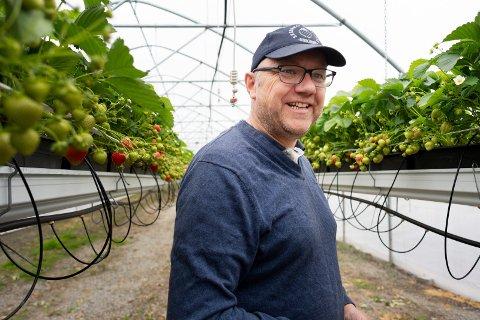INVESTERER I SELSKAPET: Simen Myhrene (48) i Sylling investerer inntektene i selskapet i stedet for å sette dem på egen konto. – Jeg har så jeg klare meg, sier han.