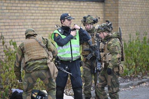 Innsatsleder i politiet Geir Bodahl sammen med personell fra forsvaret utenfor Strømsø skole.