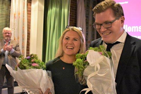 Både ordfører Monica Myrvold Berg og gruppeleder Eivind Knudsen i Ap vil få et solid lønnskutt om SVs forslag får flertall i kommunestyret. Dette bildet ble tatt etter valgseieren i høst.