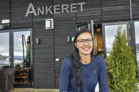 STENGER DØREN: Etter halvannet år må Heidi Kristin Nesse gi opp restaurantdriften og stenger dørene på Ankeret Engersand på grunn av helsemessige årsaker. Bildet er tatt i forbindelse med at Heidi Kristin Nesse overtok driften sommeren 2018.