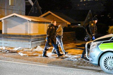 PÅGREPET: Her blir en av de fire mennene pågrepet.