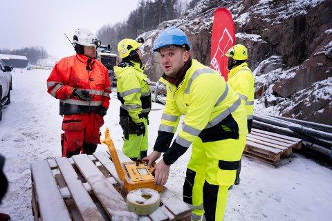 Så smalt det: Startskuddet for nytt dobbeltspor for jernbane gjennom Kobbervikdalen. Samferdselsminister Jon Georg Dale setter den første salven i Skoger.
