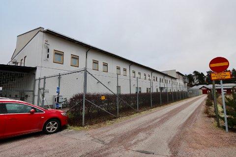 Bak disse gjerdene på politistasjonen i Karlstad i Sverige sitter nordmannen varetektsfengslet i påvente av å bli utlevert til Norge.