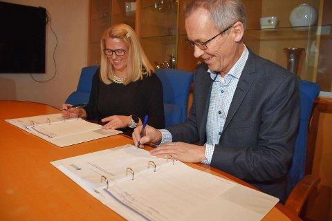 KONTRAKT: Påtroppende ordfører Monica Myrvold Berg og daglig leder i Degree of Freedom AS, Birger Opgård, signerer kontrakten med å prosjektere ny bybru i Drammen. Brua skal stå ferdig i 2025.