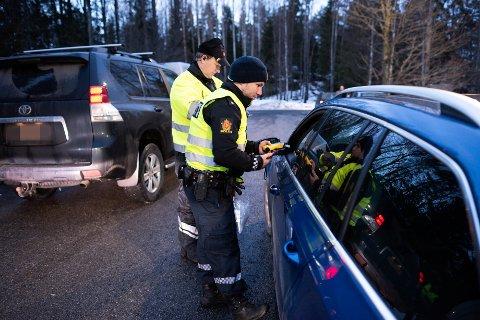 PROMILLETEST: Eyolf Lauvoll og hans kollega Henning i Politiet sørget for at trafikantene fikk blåse i promilletesteren under storkontrollen på E 134.