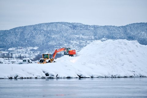 Ligger til den smelter: Snøhaugen ytterst på bilhavna på Holmen er gigantisk. Den blir liggende til den smelter.