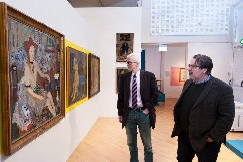 NESTEN PORNOGRAFISK: Museumsdirektør på Drammens Museum, Åsmund Thorkildsen, betrakter et bilde av Kai Fjell sammen med kurator Øivind Storm Bjerke.
