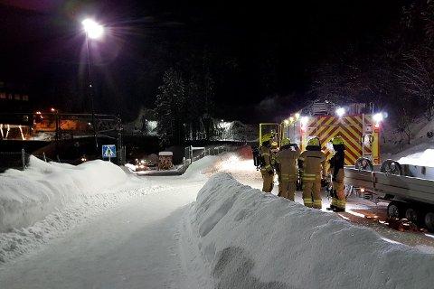 Brannmannskaper jobber utenfor Lieråstunnelen tirsdag kveld.