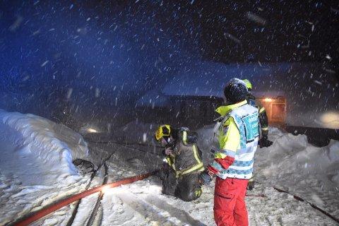 Brannvesenet jobber med å slukke brannen i Utsiktveien i Sætre.