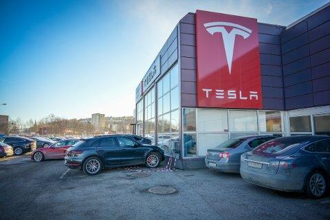 INGEN KOMMENTAR: Ansatte ved Tesla Drammen kunne fredag formiddag ikke gi noen kommentar til nyheten om at Elon Musk flytter alt salg til nettet.