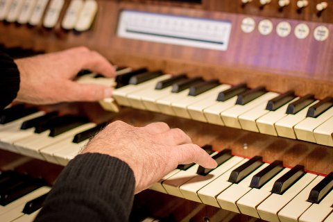 En kantor har ansvaret for musikken i kirken. Den oppsagte kantoren har jobbet i samme kirke i Lier i over 20 år.
