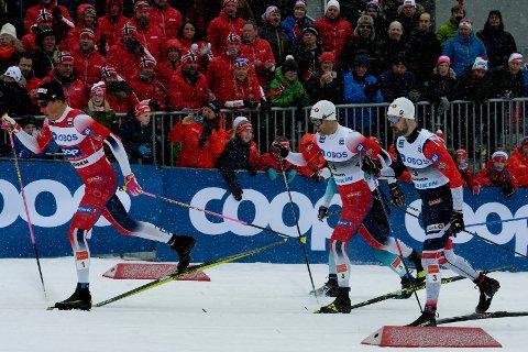 FOLKEFEST: Johannes Høsflot Klæbo (t.v.) vant herrenes skisprint i Drammen. På grunn av tidlig start var publikum færre, men festen gikk også rolig for seg, i følge politiet.