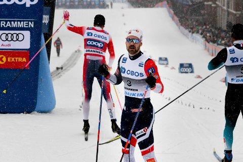 BARE NESTEN: Sondre Turvoll Fossli kjempet for en pallplass i skisprinten, men det glapp. Han måtte konstatere at Johannes Høsflot Klæbo (bak) vant igjen.