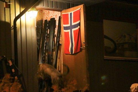 På innsiden av mannens inngangsdør hang det et stort norsk flagg. Politiet har imidlertid ingen indikasjon på at vedkommende tilhører et ekstremt miljø.