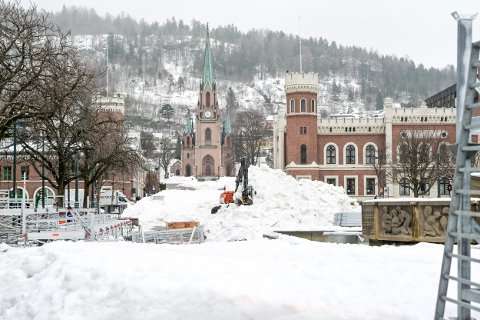 SKAL BORT: Det er mye snø igjen på torget. Men alt skal bort.