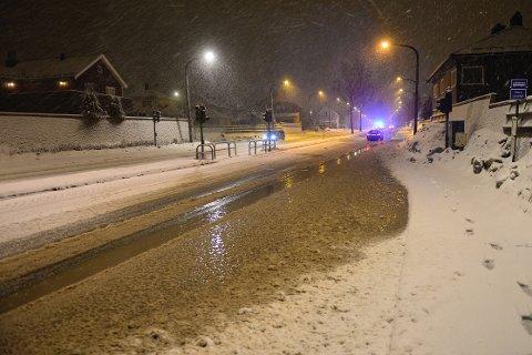 RØR: Det ble en del vann i veibanen i Rosenkrantzgata i natt. Mye av vannet ble absorbert av snø.