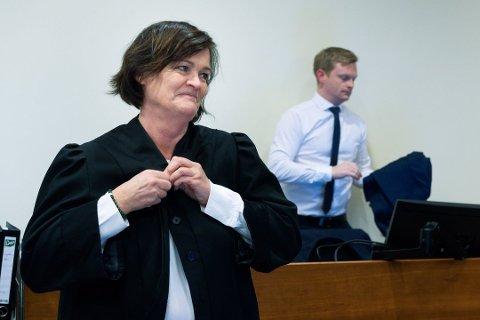 Advokat Mette Yvonne Larsen forsvarer den korrupsjonstiltalte 47-åringen.