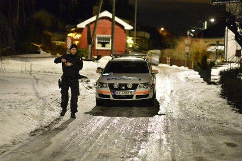 Politiet ved boligen natten som det brutale hjemmeranet ble utført.