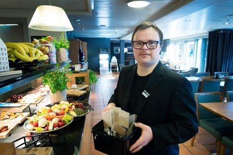 Jon Aron Johnsen fra Røyken og som har Downs syndrom har fått jobb på Tollboden Home Hotel i Drammen.