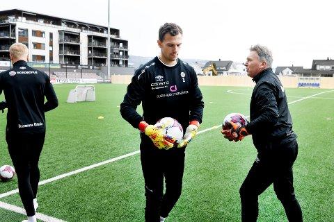 PÅ PLASS: Molde-keeper Mathias Eriksen Ranmark var på plass under MIFs trening torsdag. Her sammen med Julian Faye Lund (lånt ut fra RBK) og keepertrener Erlend Madsen (t.h.).