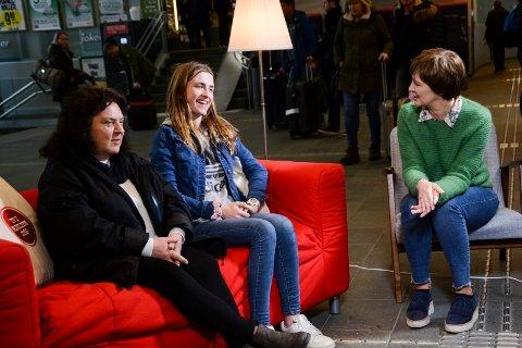 Helga Sortberglien (56) og barnebarnet Monica Sortberglien (16) blir intervjuet av «TV2 hjelper deg» og Solveig Barstad på Drammen stasjon.