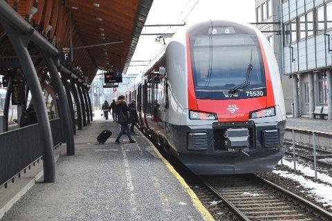 MYE BRUKT FREMKOMSTMIDDEL: Toget er velkjent i hverdagen for mange mennesker i Drammen. 7,7 millioner mennesker reiste på denne strekninga i 2018, en stor oppgang fra året før.