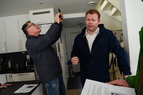 SETNINGSSKADER: Ørjan Homme viser politikerne sitt hjem. Sp-politiker Arild Endresplass tar bilde av sprekkene i veggen.