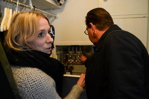 Strømsgodset Hageby, setningsskader.her viser beboer Eileen Aall Svendsen rørskapet til politiker Fredrik Haaning.