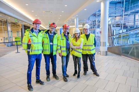 ETT ÅRS HARDT ARBEID: Betonmast er klare for å rive ut og bygge opp igjen. Her står Kristian Gjestemoen (prosjektsjef, Betonmast), Nicolai Valo-Skjelsbæk (anleggsleder), Per Kristian Hegg (prosjektleder), Elisabeth Lohk (senterleder) og Stian Strand (driftssjef Gulskogen senter) i den delen av senteret som nå er stengt.